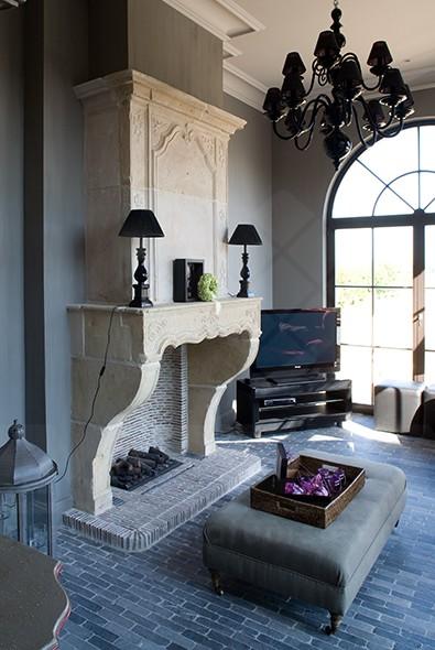 cheminée de château, intérieur classique, pierre naturelle, pierre bleue, sol traditonnel, pouf, lustre, impermo, pierre naturelle prix bas, carrelage prix bas